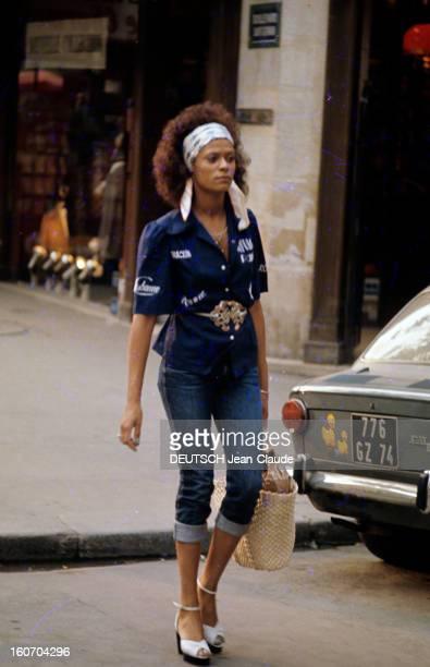 Fashion The Blue Jeans France 1973 L'empire du bluejean Une jeune femme afroaméricaine un foulard de teinte claire noué dans sa chevelure bouclée...