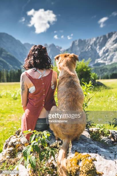 mujer de moda en la montaña de los Alpes