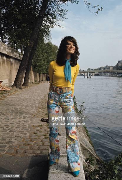 Fashion Women Style 1971 In Paris Paris 1971 Tendance mode féminine une jeune femme mannequin souriant vêtue d'un teeshirt jaune à manches longues...