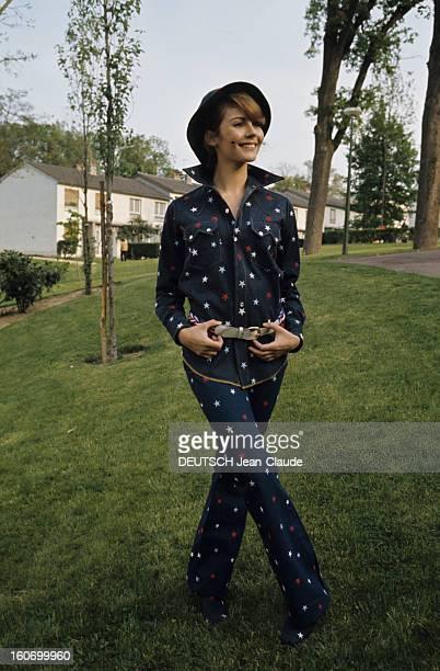 Fashion Women Style 1971 In Paris Paris 1971 Tendance mode féminine une jeune femme mannequin vêtue d'un ensemble chemise à manches longues et...
