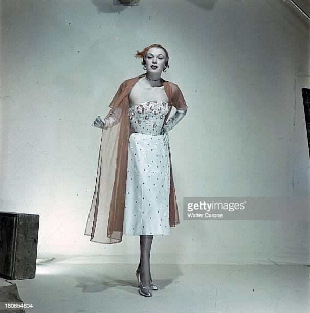 The Collection Spring Summer 1950 Jacques Fath. Paris, mars 1950 : mannequin présentant la robe de dîner 'Récif' de Jacques Fath, en satin brodé de...