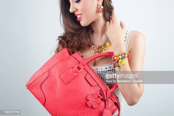 fashionable beautiful woman standing against white background - benedetto photos et images de collection