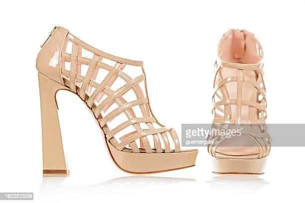 angesagte high-heels-sandalen in nude farbe - peep toe schuh stock-fotos und bilder