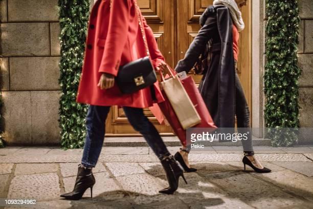 modieuze dames in het winkelen van kerstmis - nette schoen stockfoto's en -beelden