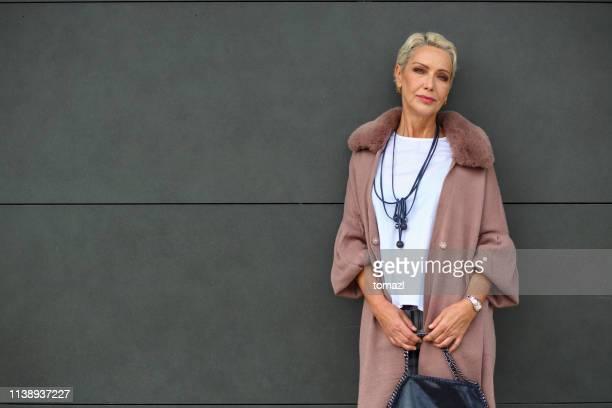 ritratto di donna matura alla moda - cinquantenne foto e immagini stock