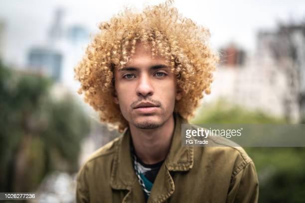 homens elegantes com retrato de cabelo encaracolado - pessoa gay - fotografias e filmes do acervo