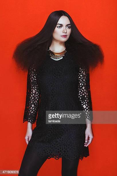 Modische Frau im schwarzen Kleid