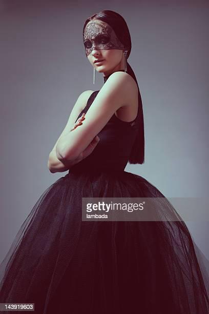 Modische Frau in eleganten schwarzen Kleid