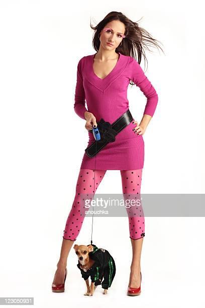 Modische Frau in Rosa zu Fuß Ihr chihuahua