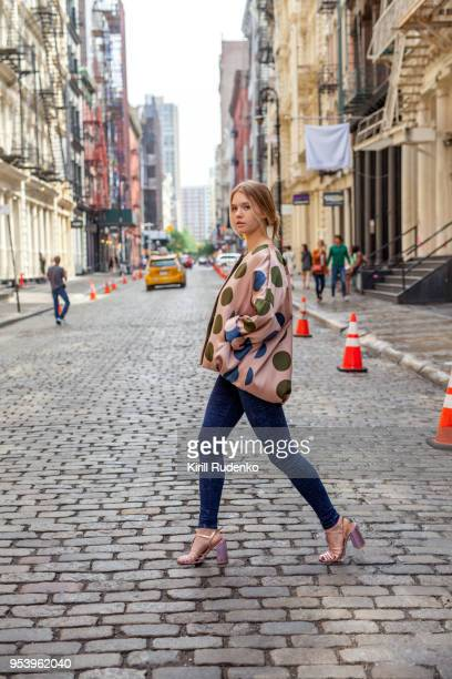 fashionable woman in the streets of soho, new york - hoge hakken stockfoto's en -beelden