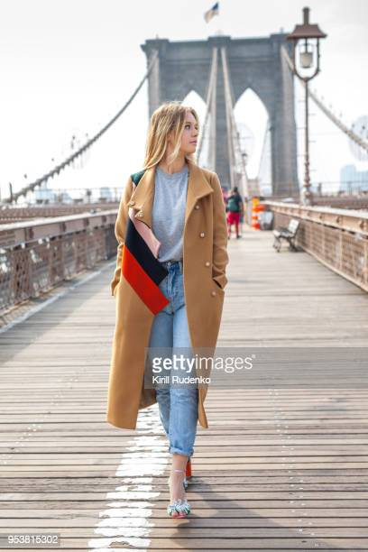 fashionable woman on a brooklyn bridge, new york city, usa - street style new york stock pictures, royalty-free photos & images