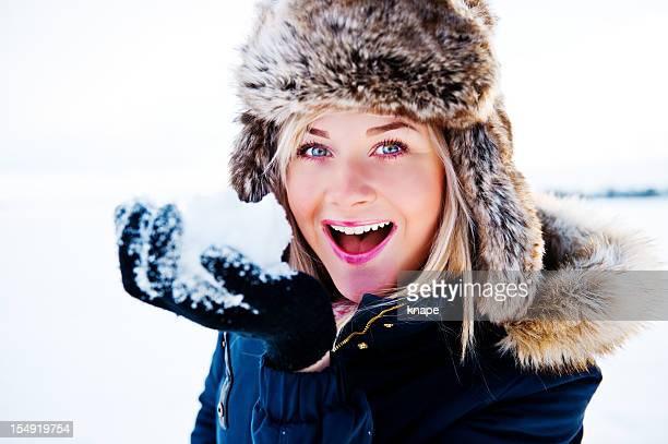 Modische Frau lächelnd im Freien