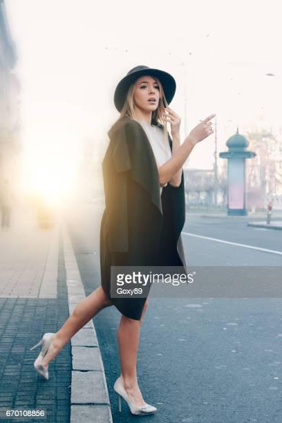 Modebewusste Frau SMS im freien