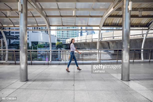 街を歩くファッショナブルな女性
