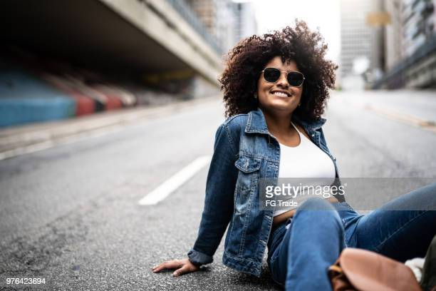 moda mulher com cabelos cacheados na rua - 20 24 anos - fotografias e filmes do acervo