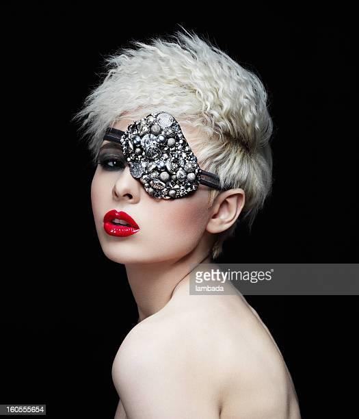 Modische Frau mit Augen-Maske