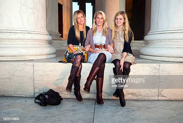 fashionable young female friends - jefferson memorial stock pictures, royalty-free photos & images