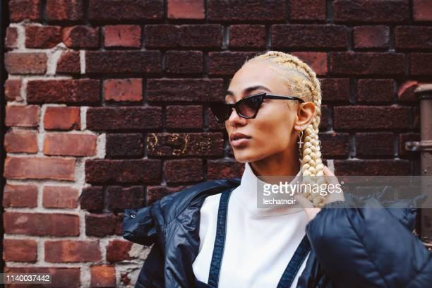 ニューヨーク州ローワー・マンハッタンのおしゃれな若い女性 - street style ストックフォトと画像