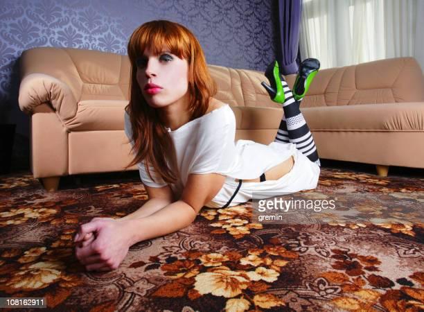 ファッショナブルな若い女性の花輪階