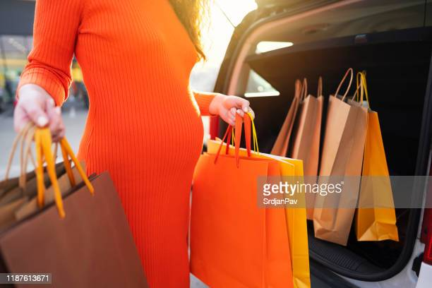 fashionably pregnant - womenswear stock pictures, royalty-free photos & images
