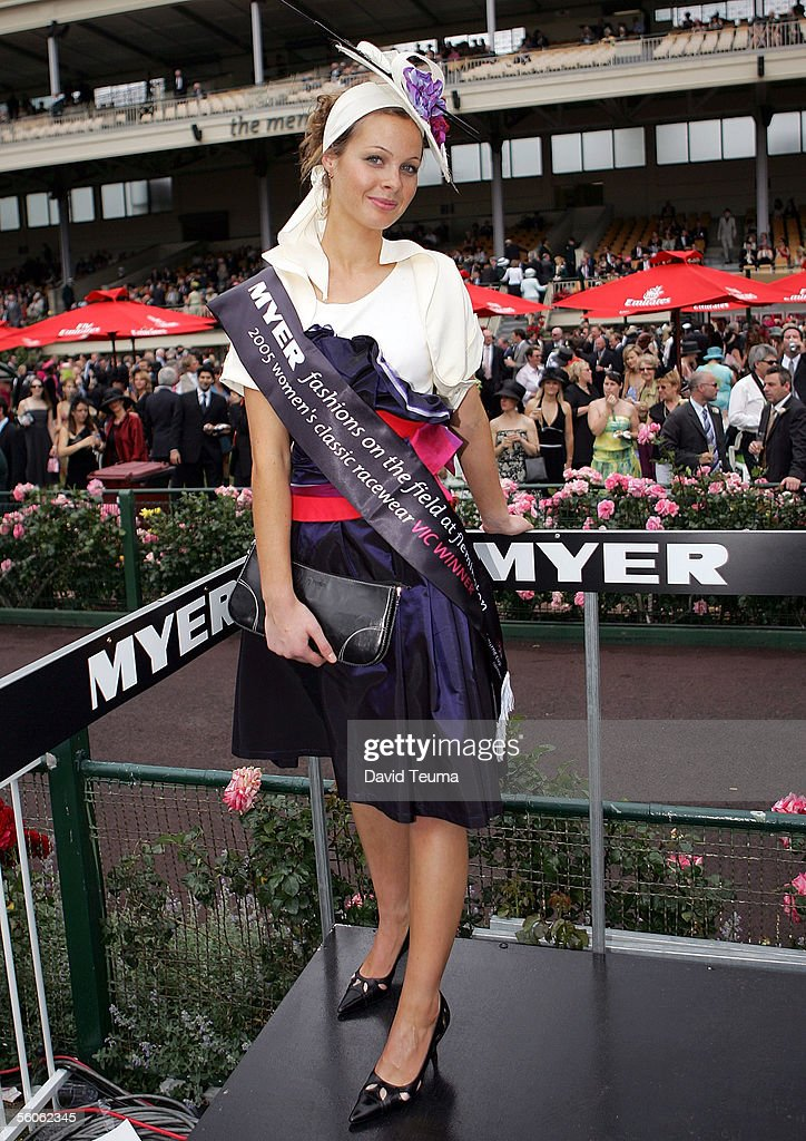 2005 Crown Oaks Day Fashions : News Photo