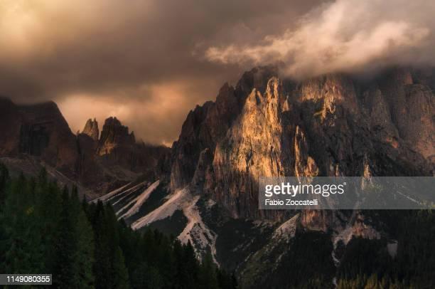 fassa valley - flanco de valle fotografías e imágenes de stock