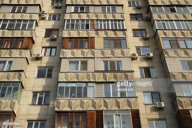 Fassade eines Wohnhauses im Sowjetstil in der Seyfullin Allee in Almaty Kasachstan