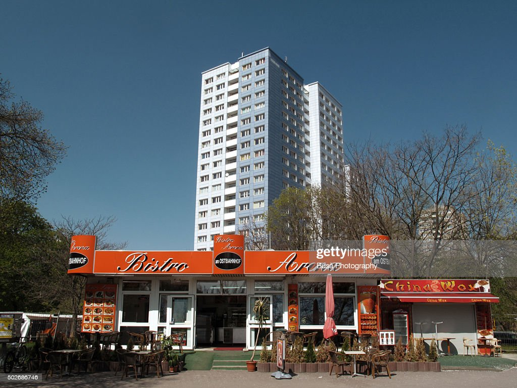 Fast food kiosk in an isolated area of East Berlin, district of Friedrichshain : Stock-Foto