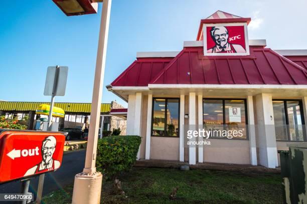 kfc fast food restaurant à maui, hawaii, usa - kentucky fried chicken photos et images de collection