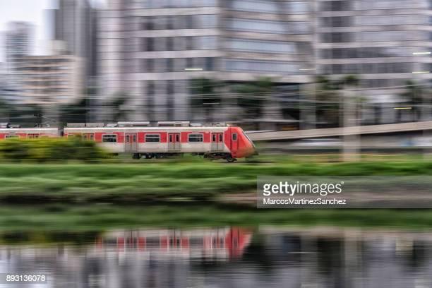 trem vermelho urbano em movimento rápido - trem - fotografias e filmes do acervo