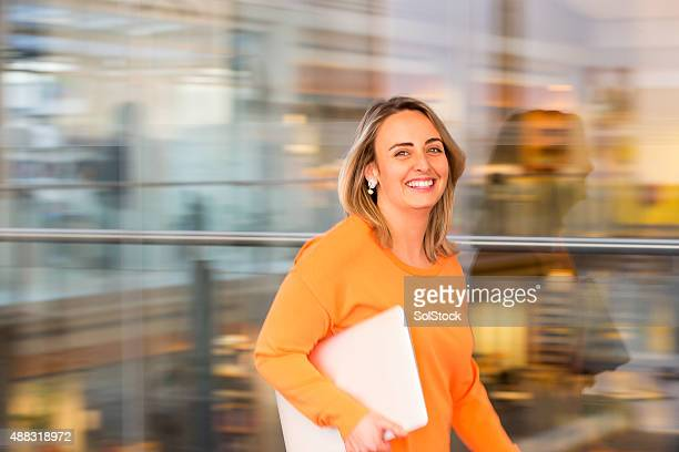 fast paced businesswoman - oranje stockfoto's en -beelden
