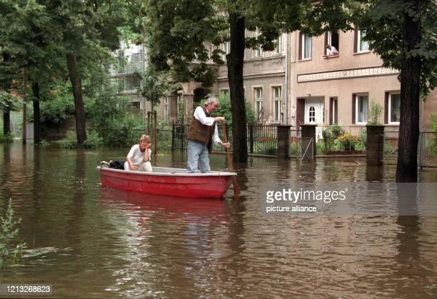 Fast schon idyllisch mutet diese Bootsfahrt am 2171997 durch die Straßen von Frankfurt/Oder an Doch durch das Hochwasser der Oder wurden einige...