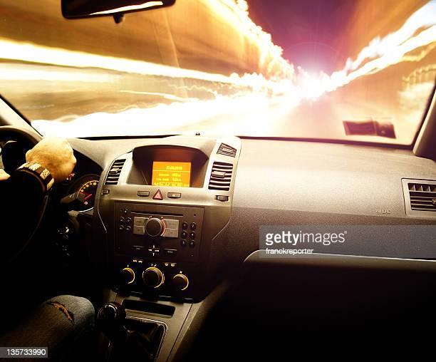 Vitesse voiture conduite de nuit sur le feu de circulation. L'intérieur