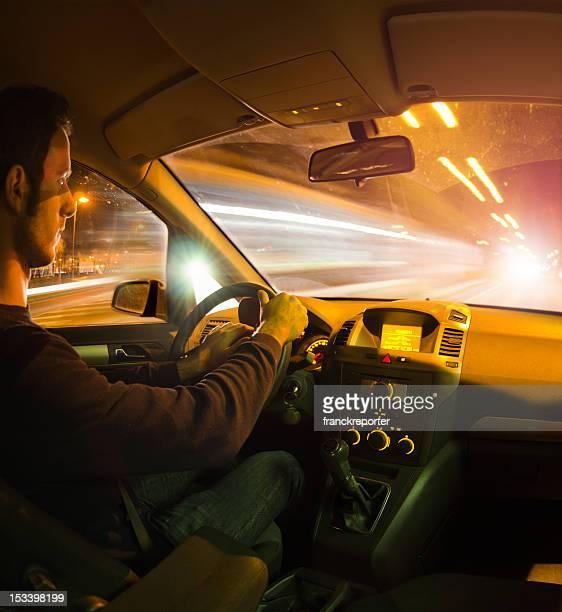 Geschwindigkeit Nacht Auto fahren auf der leichte Verkehr. Innenansicht