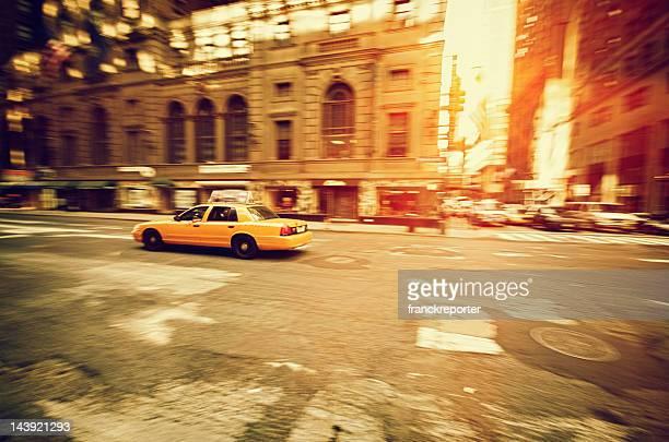 Fast タクシーパンニングマンハッタンで Susent street