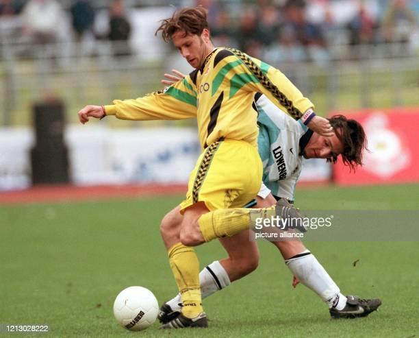 Fast wie ein flottes Tänzchen sieht der Zweikampf aus den sich Sergej Barbarez vom FC Hansa Rostock und Jens Jeremies von 1860 München im Kampf um...