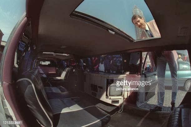 Fasziniert betrachtet ein Mann am 17.4.1996 in Frankfurt das luxuriöse Interieur der längsten für den Straßenverkehr zugelassene Limousine der Welt....