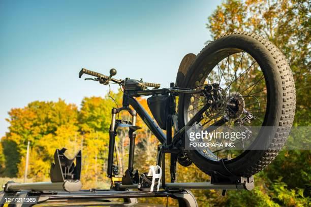 ルーフラックの上の脂肪自転車 - 変速ギア ストックフォトと画像