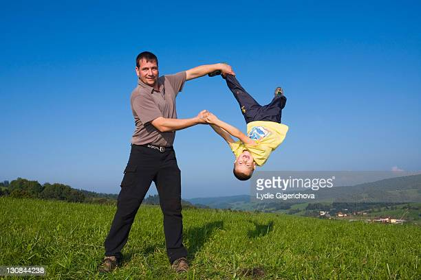 father, 36 years, and son, 6 years, playing in a meadow - 30 39 years stock-fotos und bilder