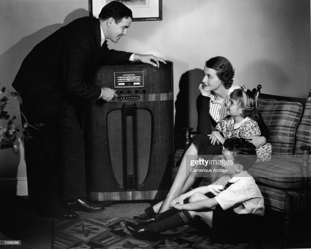 Family Listening To Radio At Home : News Photo