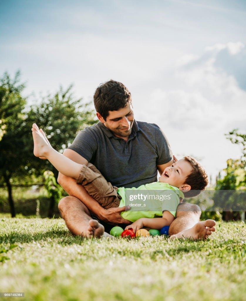 Vater und Baby Boy zusammen spielen : Stock-Foto