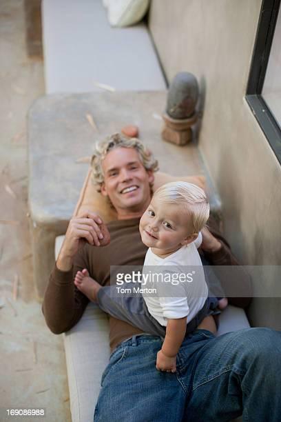 Vater und baby entspannend auf der Terrasse