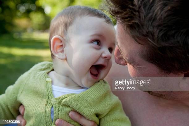 Bébé père et fils, jouant à l'extérieur
