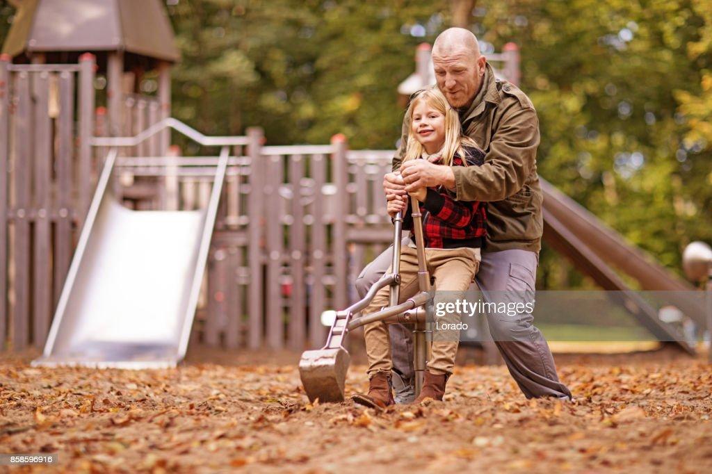 Vater und schöne junge blonde Tochter in Autumnal Park : Stock-Foto