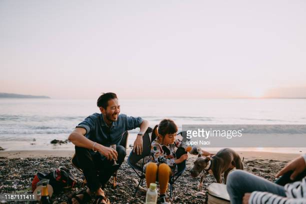 father and child camping at beach, tokyo bay - buitensport stockfoto's en -beelden