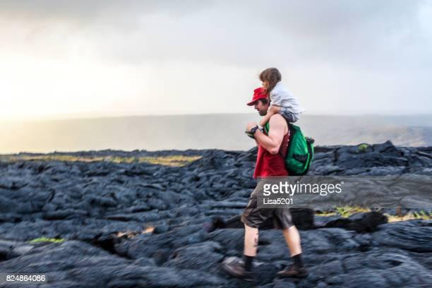 父と子を探る火山フィールド、火山国立公園 - ハワイ火山国立公園 ストックフォトと画像