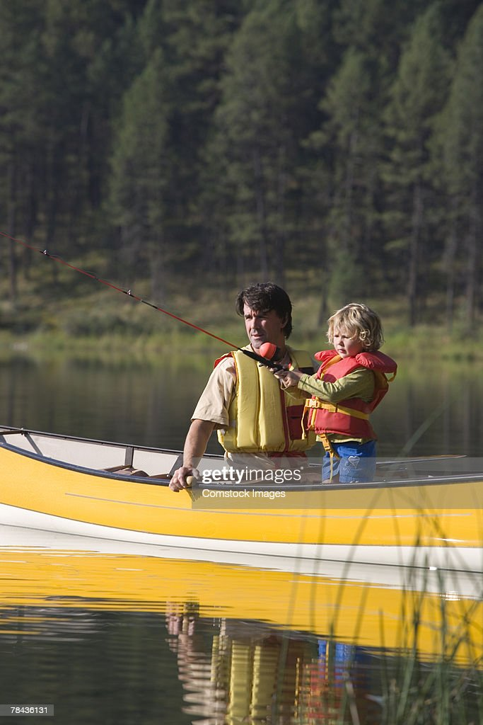 Father and child fishing in a canoe : Stockfoto