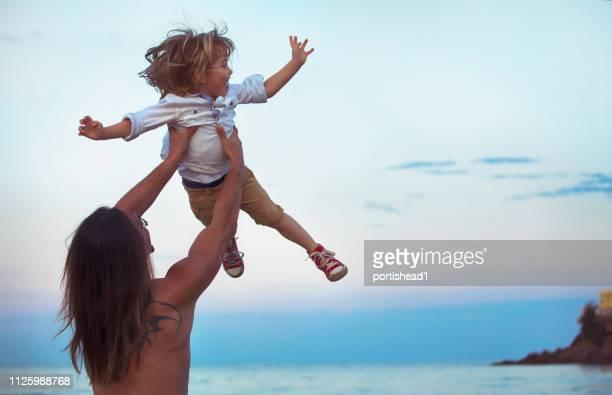 Padre y niño divirtiéndose en la playa