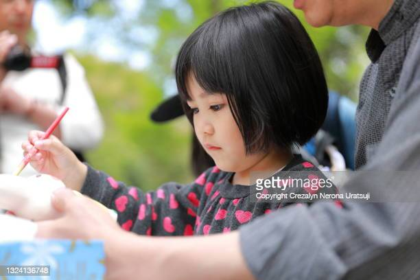 father and child quality time painting piggy bank craft - 茨城県 ストックフォトと画像