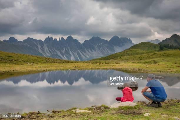 Vater und Tochter an einem Bergsee